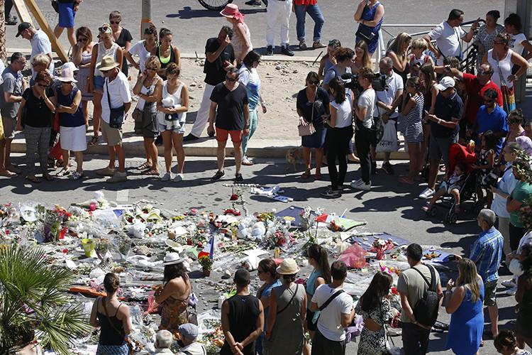 Las personas forman un círculo en homenaje a las víctimas del ataque en Niza