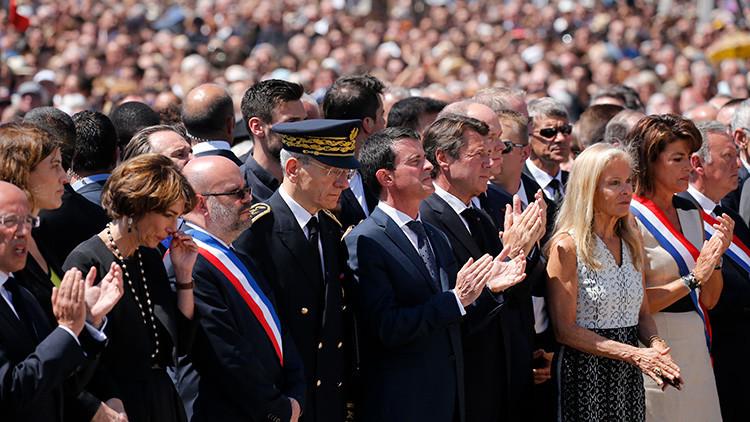 primer ministro francés, Manuel Valls, durante la ceremonia del minuto de silencio en el tercer día de luto