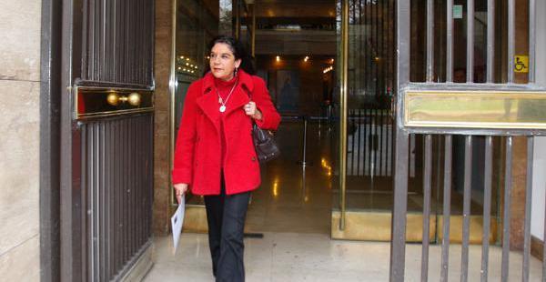 La cónsul general en Bolivia, Magdalena Cajías, tras recibir el documento de reclamo al Gobierno de Evo Morales