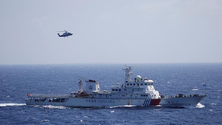 Un barco y un helicóptero chinos durante un ejercicio de búsqueda y rescate cerca en las Islas Paracelso en el mar de la China Meridional, el 14 de julio de 2016.