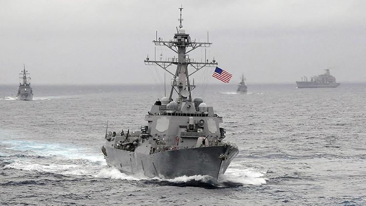 Un destructor de EE.UU. equipado con misiles guiados navega dentro del perímetro de 12 millas náuticas de las islas artificiales construidas por China en el mar de la China Meridional
