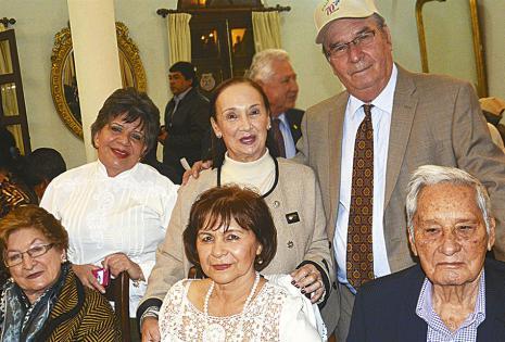 De pie, 'Yuyi' Hurtado, Alba Verdura de Castedo y Johnny Castedo. Sentados: Carmen Molina de Peña, Nancy Chávez de Áñez y el socio fundador Lorgio Áñez, que también fue distinguido