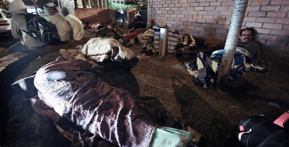 Ancianos y niños duermen a la intemperie para sacar fichas en los hospitales