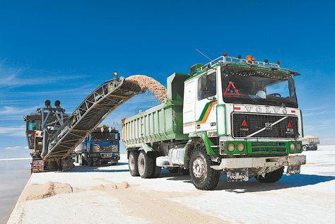 Uyuni. Un tractor y un camión de Comibol trabajan en la excavación de una de las piscinas de la que se extraerá el litio con técnicas de evaporación.