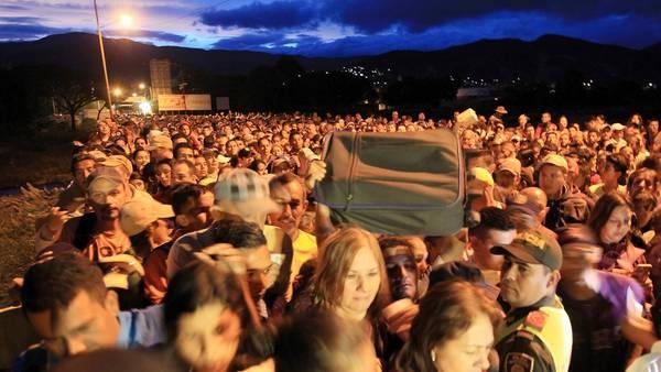 Miles de personas se reunieron en el lado venezolano del Puente Internacional Simón Bolívar para cruzar hacia la localidad colombiana de Cúcuta y comprar comida y medicinas. EFE