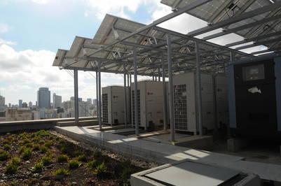 """Edificio sustentable. En Buenos Aires, una torre en el barrio de Constitución tiene """"terraza verde"""" y paneles solares. Le permite un ahorro del 28% de energía"""