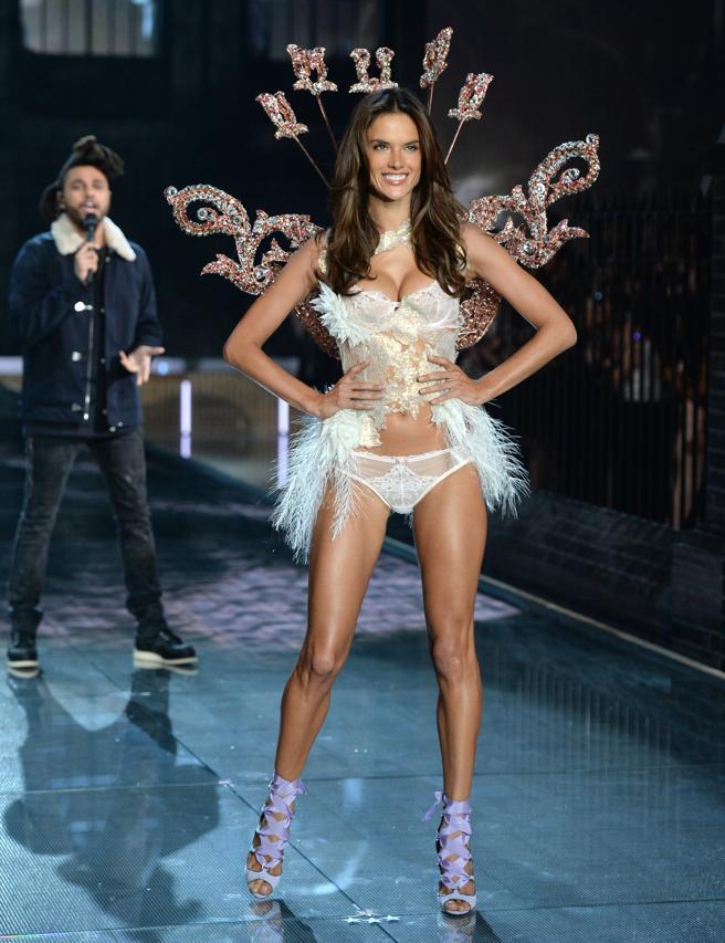 La modelo Alessandra Ambrosio desfilando en el Victoria
