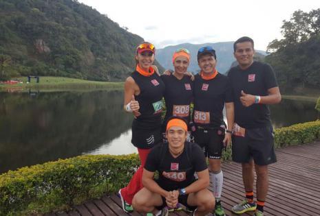 Carla Morón acompañada de sus compañeros de esta aventura runner
