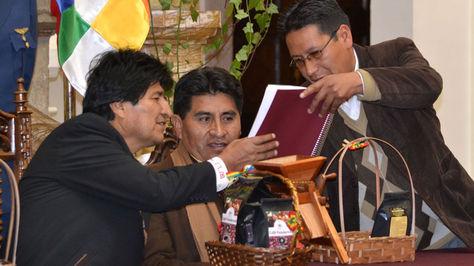 Morales recibe de manos del dirigente de los productores de café Víctor Calla el proyecto que requiere de Bs 250 MM para mejorar la producción