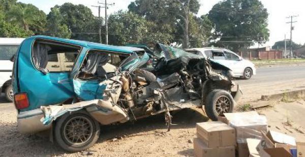 En estas condiciones quedó la vagoneta que impactó contra el camión. Hubo caos vehicular