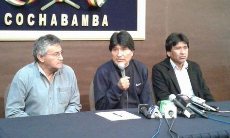 Evo Morales (centro) en la conferencia de prensa en Cochabamba. Foto: Fernando Cartagena
