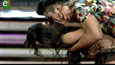 Tremendo beso!!! le dio Marcia Franco a Carlos Leaños