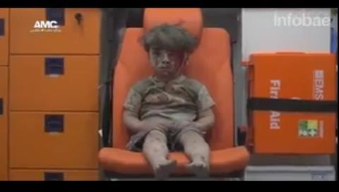 La desgarradora imagen de un niño herido por un bombardeo en Alepo