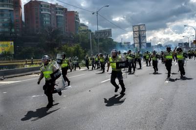 La policía se enfrentó con un pequeño grupo de encapuchados. Los organizadores de la marcha dijeron que eran infiltrados. (EFE)