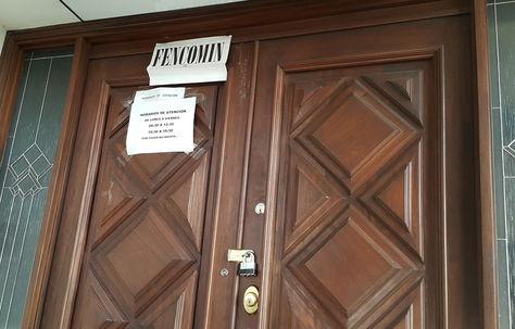 La puerta de ingreso a las oficinas de Fencomin. Foto. La Razón