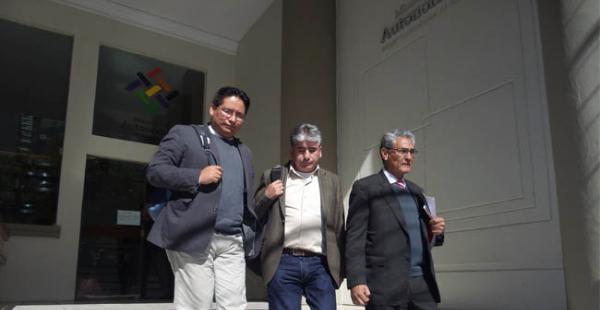 La comisión chuquisaqueña abandonando las instalaciones del Ministerio de Autonomías