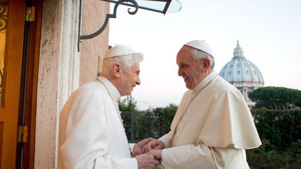 Benedicto XVI con su sucesor el Papa Francisco
