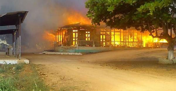 El incendio en Cachuela Esperanza dejó en escombros una centenaria casa