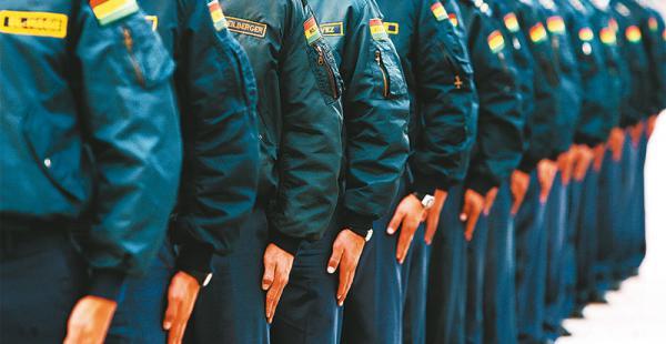 La baja de tres mujeres cadetes del Colegio Militar de Aviación ha dado lugar a una controversia entre la justicia militar y la constitucional