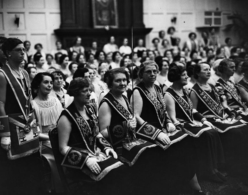 Imagen tomada en junio de 1937 de mujeres en el templo masónico de Caxton Hall, Westminster.