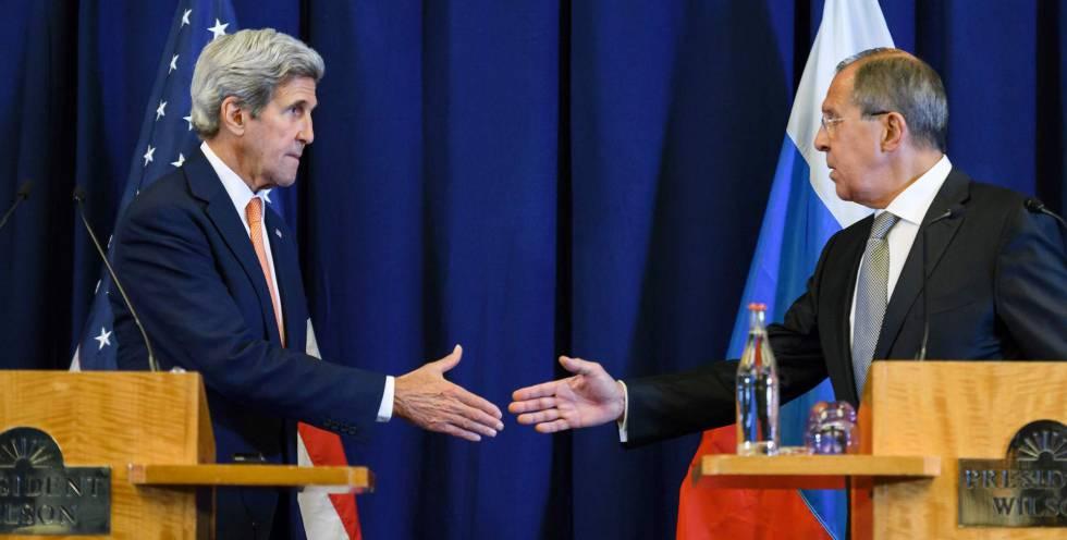 Kerry y Lavrov se dan la mano tras anunciar el acuerdo.