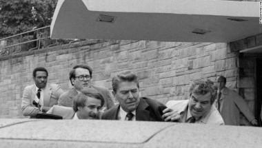 El atentado contra Reagan. El agente del Servicio Secreto Jerry Parr - primero a la derecha - empuja al presidente herido hacia la limusina, el 30 de marzo de 1981, en Washington. (Crédito: Ron Edmons/AP/Archivo).