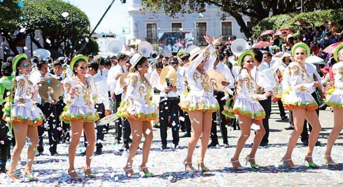 BELLEZA. Hermosas bailarinas de la fraternidad Caporales Centralistas Sucre engalanaron el recorrido de la Entrada
