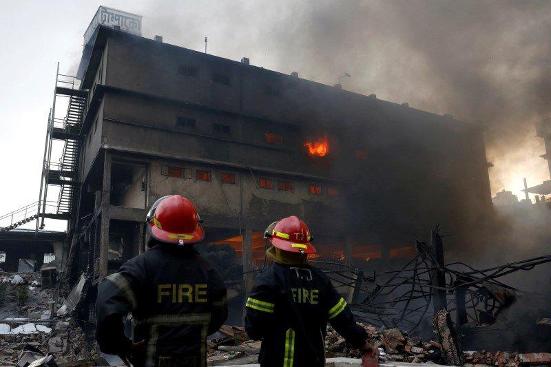 Bomberos en el lugar de un incendio de una fábrica de envases en las afueras de Dhaka, en Bangladesh. REUTERS/ Mohammad Ponir Hossain. Las autoridades de Bangladesh dijeron el domingo que el incendio que afectó a una fábrica de envasado de alimentos y cigarrillos en el que murieron al menos 26 personas ha sido extinguido, pero un denso humo y el riesgo de colapso del edificio dificultaba las tareas de búsqueda. El incendio del sábado fue el peor accidente industrial del país desde el colapso del edificio Rana Plaza en 2013, que provocó la muerte de 1.135 trabajadores del sector textil, y plantea nuevas interrogantes sobre la seguridad laboral en Bangladesh.