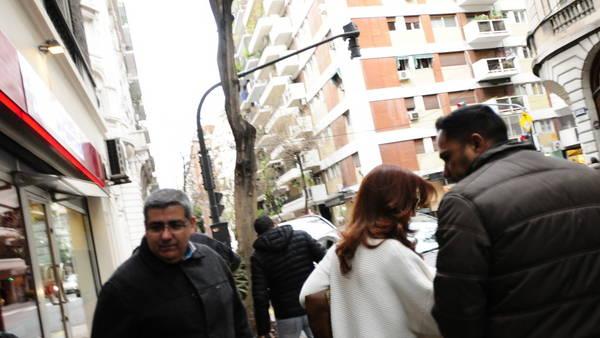Cristina Kirchner saliendo de su casa esta tarde. Foto Fernando De la Orden.
