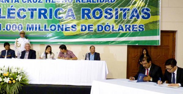El presidente Evo Morales y el gobernador de Santa Cruz, Rubén Costas, miran la firma del contrato con la empresa china