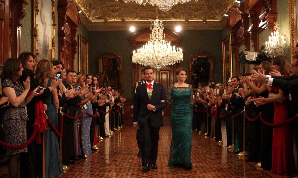 El diseñador predilecto de la Primera Dama mexicana es Benito Santos. En 2013, en su primera presentación en el grito de Independencia, Angélica Rivera lució un vestido largo verde de encaje y con transparencias del diseñador de Guadalajara.rn