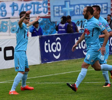 Juan Miguel Callejón (izq.) celebra uno de los tres goles que le hizo a Guabirá. Foto: Alejandra Rocabado.