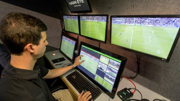 La sala de video que asistió al árbitro holandés para expulsar a un jugador, en el primer partido oficial con el uso de la tecnología. (AFP)