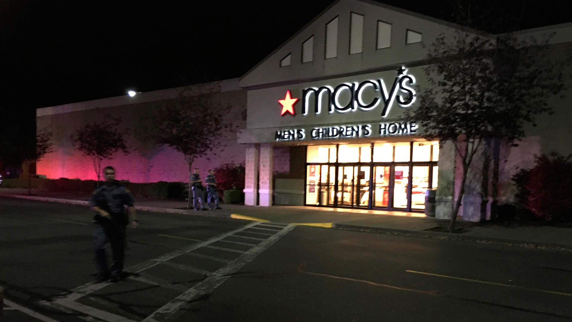 AP/ El sospechoso fue visto caminando desde el centro comercial hacia una ruta interestatal