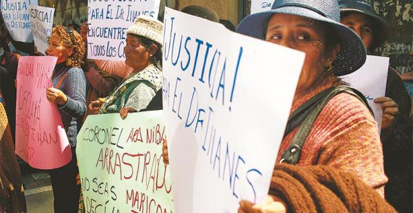 Los familiares del asesinado viceministro Illanes pidieron justicia ayer en la puerta de la Fiscalía de La Paz