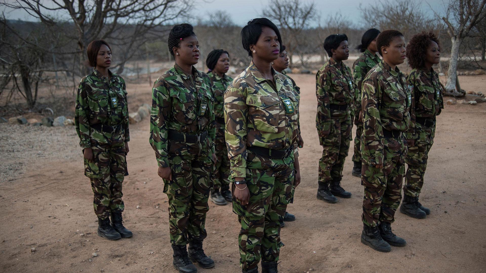Las mujeres patrullan una reserva que, además de los rinocerontes, es hogar de leones, elefantes y jirafas, entre otros animales (AFP)