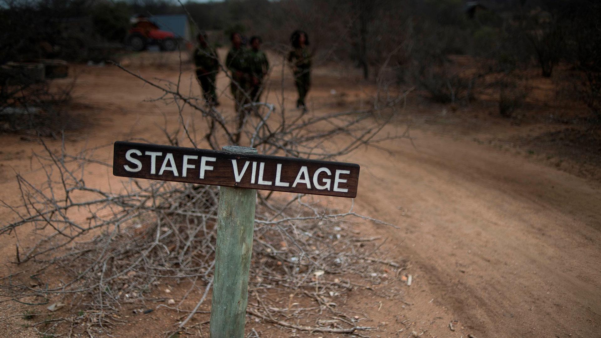 Mientras trabajan en la reserva, las Black Mambasviven en chozas que comparten entre tres o cuatro personas (AFP)