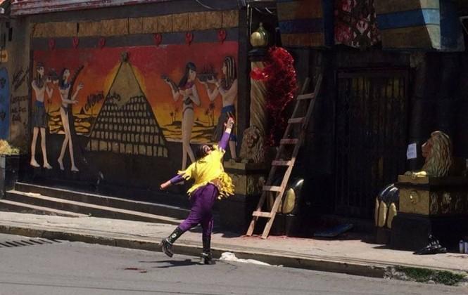Mujeres Creando grafitea y echa pintura a fachada de Katanas