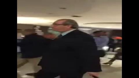 """Al grito de """"ladrón"""" y """"desvergonzado"""" despiden a Cunha en el aeropuerto de Brasilia"""