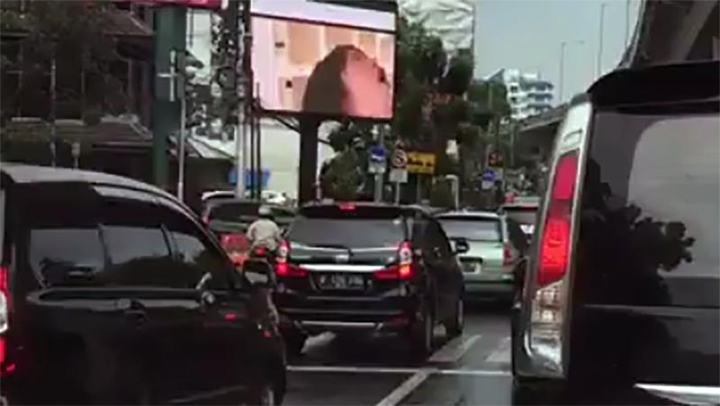 Investigan la difusión de pornografía en un cartel publicitario en Indonesia