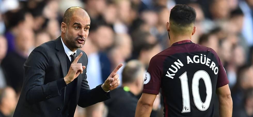 Guardiola le da instrucciones a Agüero.