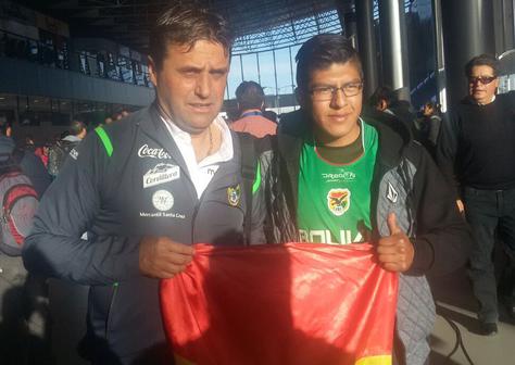 Un hincha posa con el seleccionador Ángel Guillermo Hoyos en el aeropuerto de El Alto. Foto: Marcas