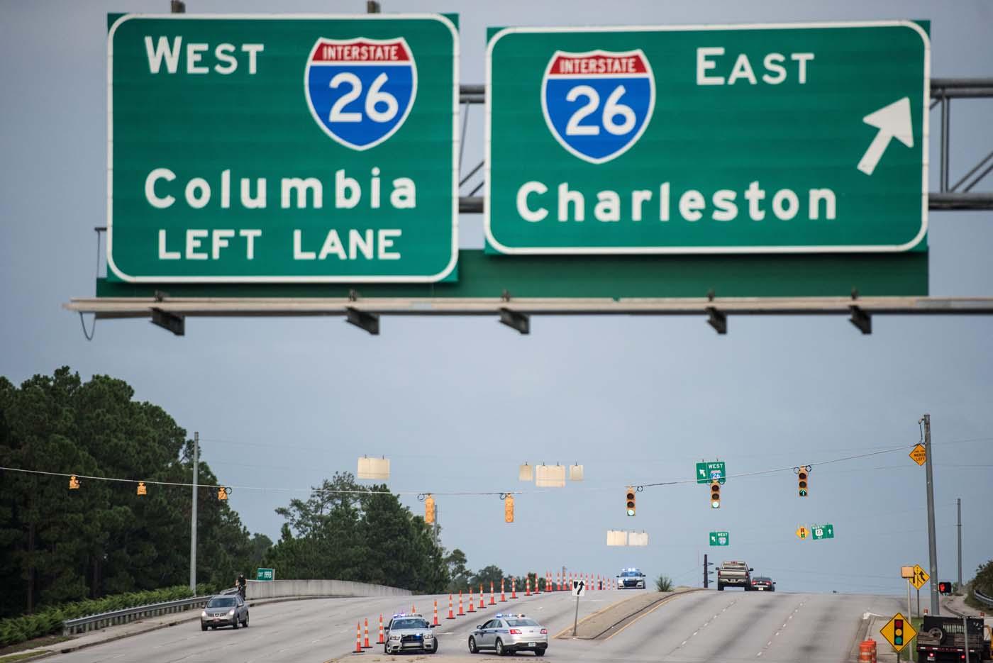 SRX02 - CHARLESTON (EE.UU.), 6/10/2016- Autoridades bloquean un giro en un carril de la I-26 durante una evacuación ordenada por la llegada del huracán Matthew en Charleston, Carolina del Sur (EE.UU.). Matthew pasó por parte de Haití y Cuba, y se espera que se desplace por la costa este de los Estados Unidos. EFE / SEAN RAYFORD