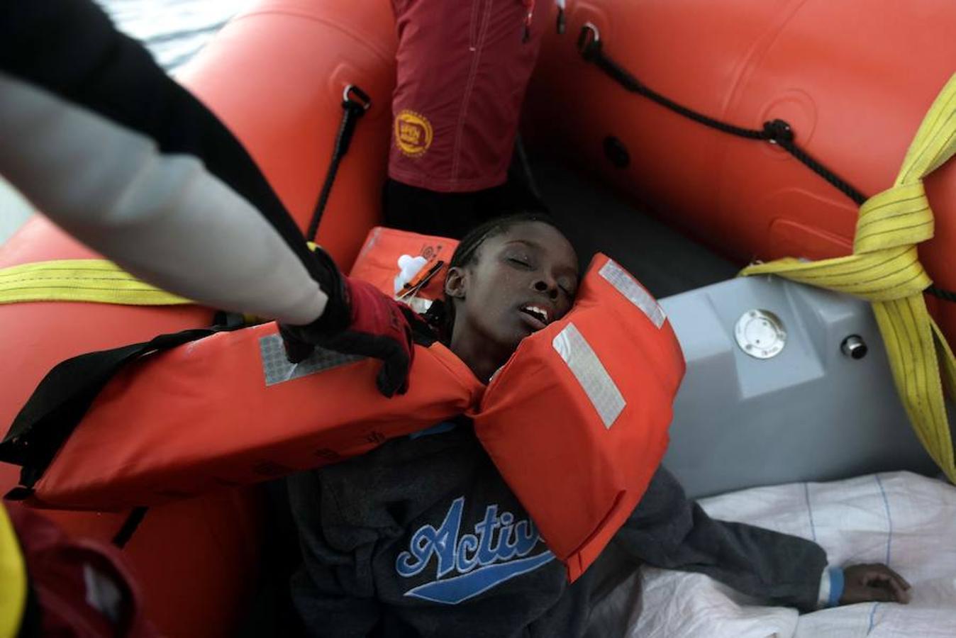 La mujer de la imagen perdió el conocimiento poco después de ser rescatada por voluntarios