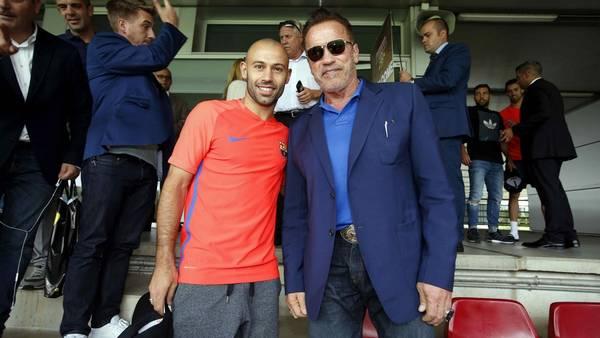 Schwarzenegger, hace dos semanas, con Javier Mascherano, en una visita al Barcelona FC. (EFE)