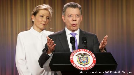 Kolumbien Bogota - Juan Manuel Santos bei Pressekonferenz zum Friedensnobelpreis (picture-alliance/AP Photo/F. Vergara)