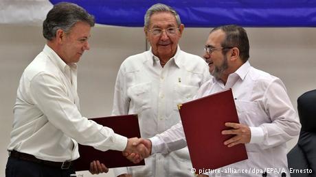 Kuba Raul Castro, Juan Manuel Santos und FARC-Rebellenführer Rodrigo Londono in Havanna (picture-alliance/dpa/EPA/A. Ernesto)