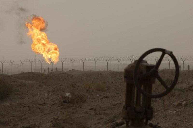 Llamas emergen de campo petrolero en Basora, al sureste de Bagdad. 30 septiembre 2016. El ministro del Petróleo de Irak instó a los productores de crudo y gas que operan en el país a seguir aumentando el bombeo el próximo año, señaló un comunicado hecho público el domingo. REUTERS/Essam Al-Sudani