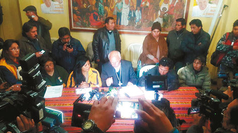 La alcaldesa Soledad Chapetón y dirigentes del Distrito 8 en el momento de la firma del acuerdo final