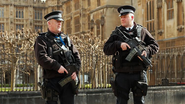 Policías armados vigilan el Parlamento británico, Londres, Reino Unido, 22 de marzo de 2016